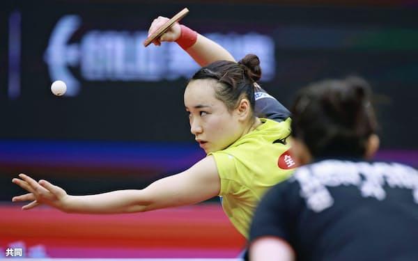 決勝トーナメント1回戦でプレーする伊藤美誠(9日、中国・威海)=共同