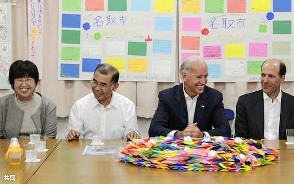東日本大震災の被災者らと交流するバイデン氏(中央右)(2011年8月、宮城県名取市)=共同