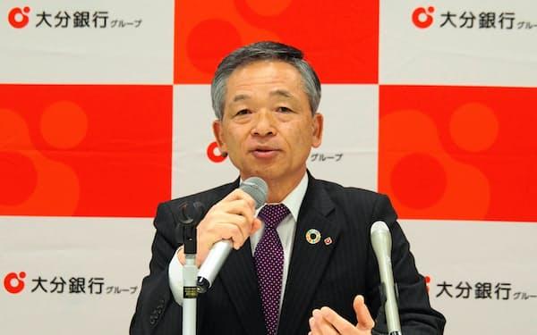 2020年4~9月期の連結業績を発表する大分銀行の後藤富一郎頭取(9日、大分市)