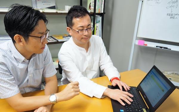 「子ども難病ナビ」のシステムを確認する隼斗の木許心源会長(右)と毛利隼斗社長(大分市のサテライトオフィス)