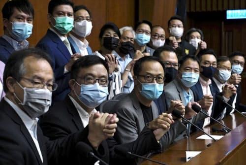 香港立法会の民主派議員は、資格剥奪が決まれば集団辞職すると表明していた(9日、香港)=AP