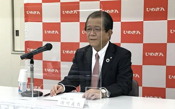 記者会見する愛媛銀行の西川義教頭取(9日、松山市)