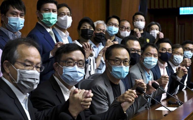 香港立法会の民主派議員は、資格剥奪が決まれば集団辞職すると表明した(9日、香港)=AP