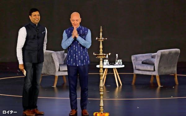 アマゾンはインドへの積極投資を続ける。(2020年1月、ニューデリーの自社イベントに登壇するベゾスCEO)