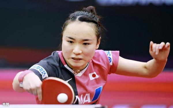 準々決勝でプレーする伊藤美誠(9日、中国・威海)=共同