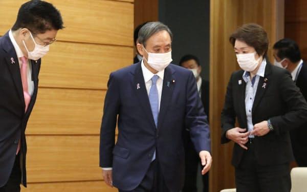 閣議に臨む菅首相(10日午前、首相官邸)