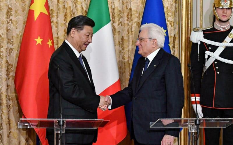 中国の習近平国家主席(左)とイタリアのマッタレッラ大統領=AP