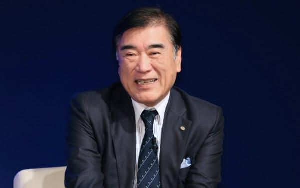 対談するHISの沢田秀雄会長兼社長(10日午前、東京都千代田区)