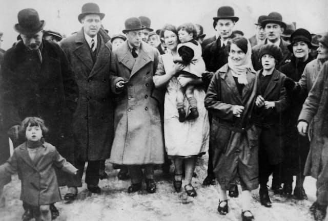 1929年2月、失業と寒さに悩む英国の炭鉱地方を視察するプリンス・オブ・ウェールズ殿下(左から3人目)=日本電報通信社撮影
