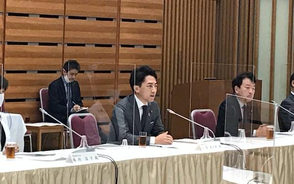 小泉氏は経団連と50年脱炭素に向けた話し合いをした(10日、東京・千代田)