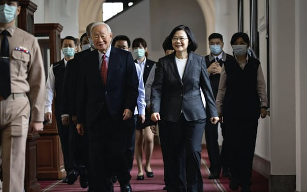 台湾は、11月のAPEC首脳会議にTSMCのカリスマ創業者である張忠謀(モリス・チャン)氏(左)を送ることを決めた(10日、台北市)=総統府提供
