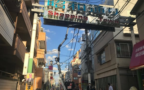 東京都品川区の商店街ではアームロボットのカメラでアーチを点検する実証実験をした。品川区は実証実験を通じて商店街のIT化を進めている