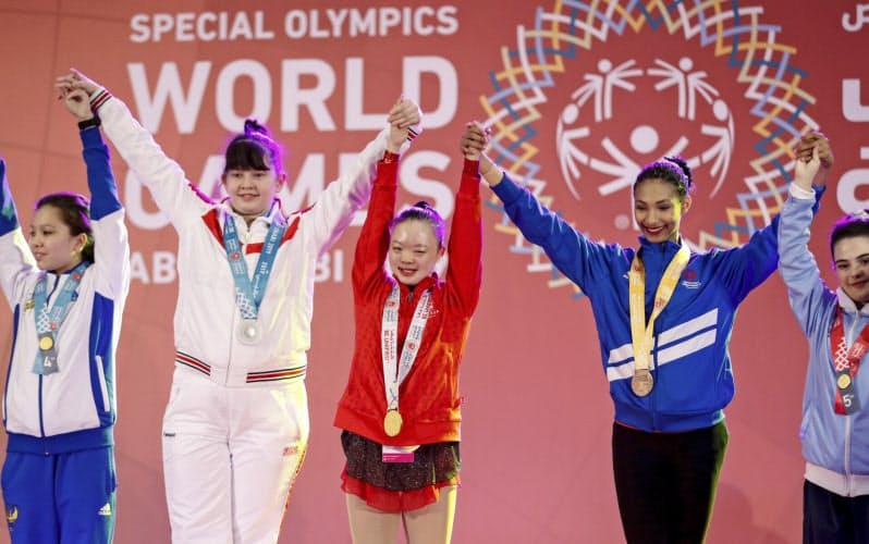 知的障害を持つ若者がどう体力を向上させたかも競う(2019年、UAEで開かれたスペシャルオリンピックス)=AP