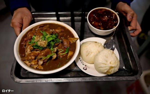 豚の肝臓を煮込んだ北京庶民のソウルフード「炒肝」(9年前にバイデン氏が訪れた姚記炒肝店で、11月9日)=ロイター