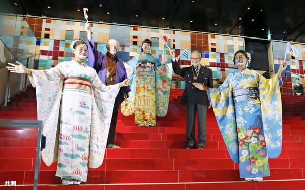 東京五輪・パラリンピックでホストタウンを務める東京都豊島区が開いたイベントで披露されたそれぞれバングラデシュ(前列左)、セントルシア(同右)をイメージした振り袖。後列はギリシャ振り袖(3日、東京都豊島区)=共同