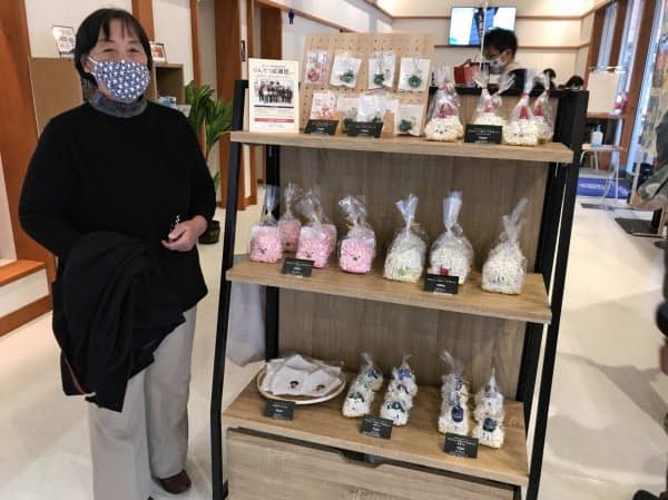 石田団長ら「りんてつ応援団」はグッズ販売で鹿島臨海鉄道を応援(大洗町)