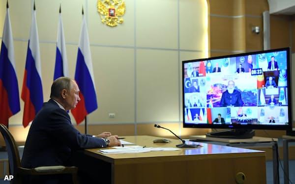 オンライン会議で上海協力機構(SCO)加盟国首脳と会談するロシアのプーチン大統領(10日、ロシア南部ソチ)=AP