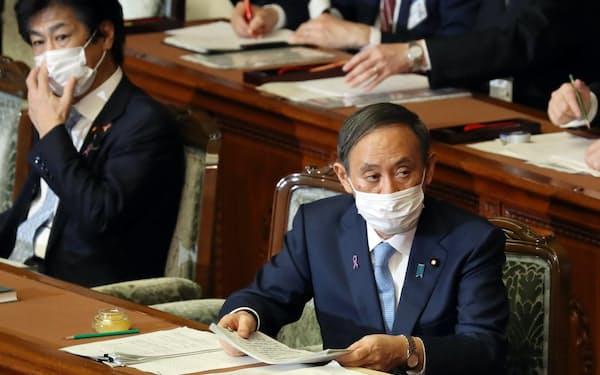 予防接種法改正案が審議入りした衆院本会議で質問を聞く菅首相(右)と田村厚労相(10日)