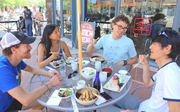 菜食主義のジュレク(右から2人目)と日本食の店でランチ(米コロラド州ボルダー)