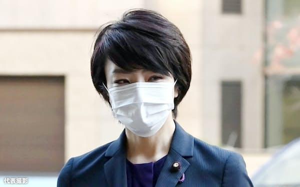 保釈後、初の出廷のため東京地裁に入る参院議員の河井案里被告(11日午前、東京・霞が関)=代表撮影