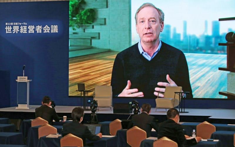 オンラインで講演する米マイクロソフトのブラッド・スミス社長(11日午前、東京都千代田区)