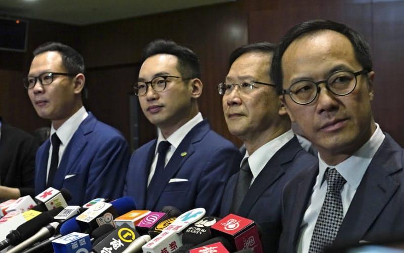 香港政府は11日、郭栄鏗氏(左端)ら4議員の資格を剥奪した=AP