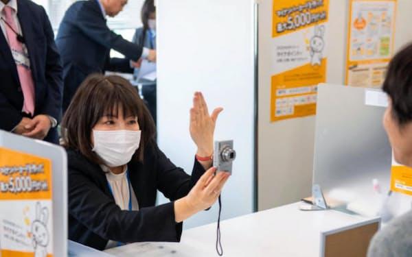 マイナンバーカード申請ができる三宮のサテライト拠点で対応する職員(神戸市)
