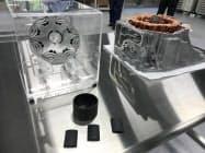 大同特殊鋼が開発する熱間加工磁石(手前)と電動車用モーター