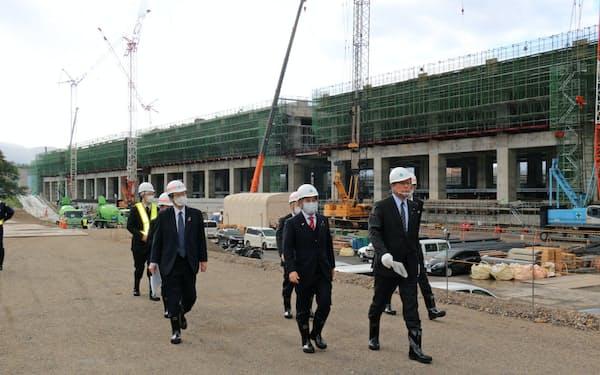 高木氏(右)と滝波氏(中央)は新幹線敦賀駅の高架橋建設現場を視察した(3日、福井県敦賀市)