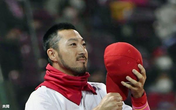シーズン守備率10割を達成し、ファンの声援に応える広島・菊池涼(11日、マツダ)=共同