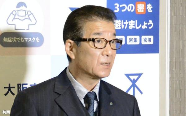 大阪市役所で記者団の取材に応じる松井一郎市長(11日午後)=共同
