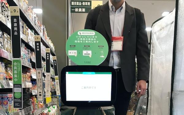 売り場案内ロボットは同社で初めての取り組みだ(埼玉県朝霞市のカインズ朝霞店)