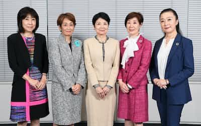座談会に出席した(左から)川本裕子、小林いずみ、江川雅子、斎藤聖美、小林洋子の各氏(東京・大手町)