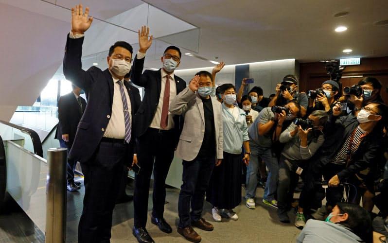 香港の民主派議員は12日、辞表を提出した=ロイター