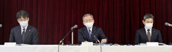 会見した近鉄グループホールディングスの安本幸泰副社長(中)(12日、大阪市)