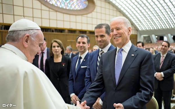 2016年4月にバチカンでローマ教皇フランシスコと会うバイデン前副大統領=ロイター