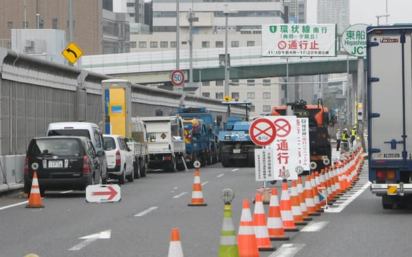 大規模改修のため一部通行止めとなった阪神高速道路(13日午前、大阪市)