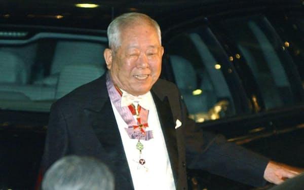 ノーベル賞授賞式を終え、晩さん会会場に向かう小柴昌俊氏(2002年12月、ストックホルム)=共同