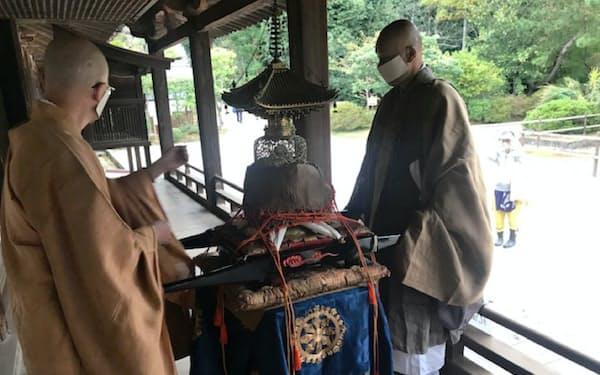 中国から唐招提寺に戻った国宝の「金亀舎利塔」。法要後、参拝者に披露された(10月22日、奈良市)