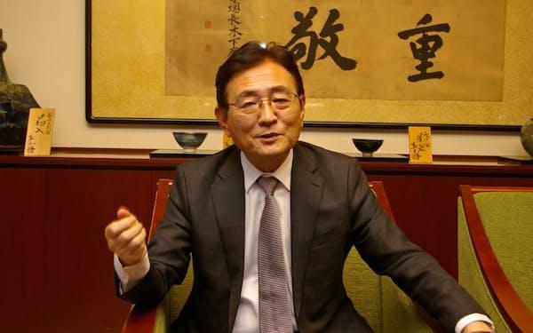 インタビューに応じる湊長博・京都大学長