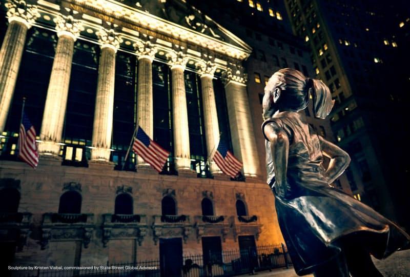 ウォール街に立つ「恐れを知らぬ少女」=SSGA提供 Sculpture by Kristen Visbal, commissioned by State Street Global Advisors