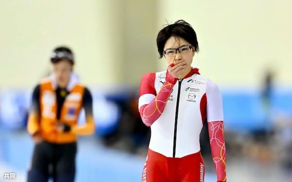 女子500メートルで郷亜里砂(左)に敗れ2位となった小平奈緒(13日、明治北海道十勝オーバル)=共同・代表撮影
