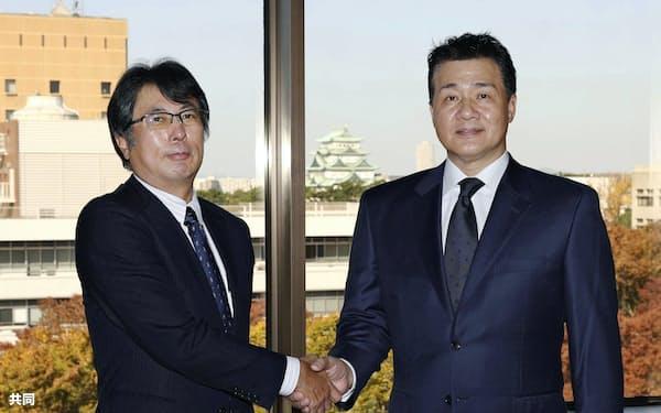中日の大島宇一郎オーナー(左)に8年ぶりのAクラスとなる3位に入ったシーズンの報告を行った与田監督(13日、名古屋市)=共同