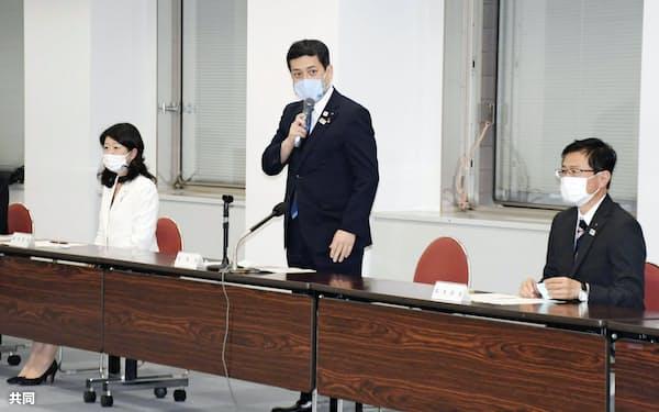 鹿児島県庁で開かれた鳥インフルエンザの対策本部会議で発言する塩田康一知事(中央、13日午後)=共同