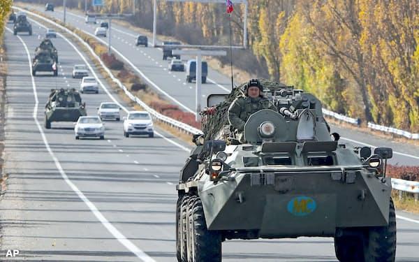 13日、平和維持活動のため、ナゴルノカラバフ地域に向かうロシアの装甲車=AP