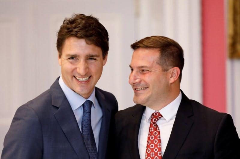 カナダのトルドー首相(左)とメンディチーノ移民相(右)は香港人の留学や就職を後押しする=ロイター