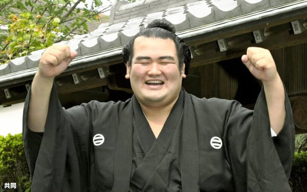 2011年9月、大関昇進の伝達式を終え、若手力士に担がれポーズをとる琴奨菊=共同
