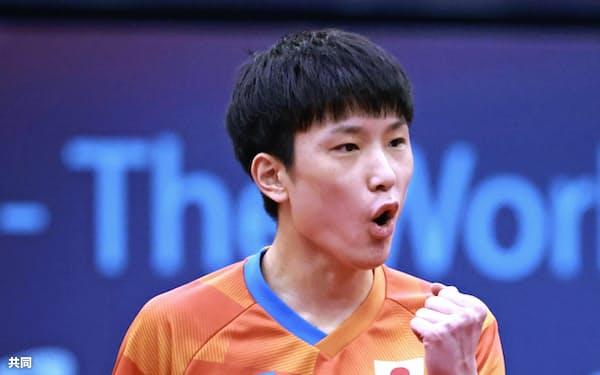 決勝トーナメント1回戦に臨む張本智和。準々決勝進出を決めた(14日、中国・威海)=共同
