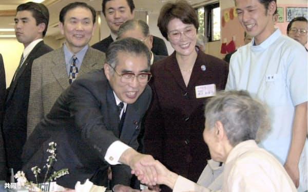 2000年4月1日、介護保険制度創設の日に都内の高齢者福祉施設を訪れた小渕首相(当時)