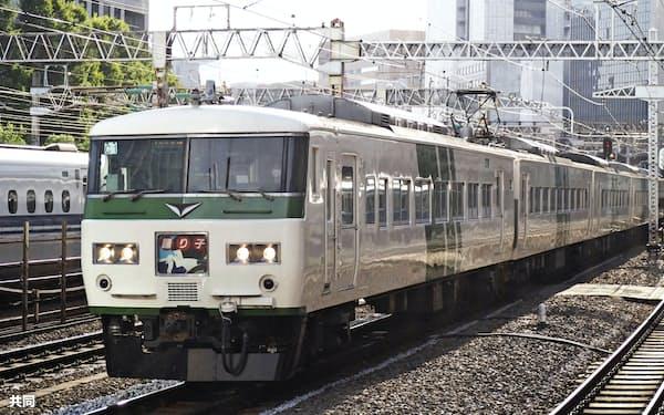来年3月のダイヤ改正で特急「踊り子」の定期列車から運用を終える旧国鉄時代製造の車両「185系」(10月、東京都港区)=共同